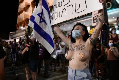 מפגינים נגד ראש הממשלה בנימין נתניהו מחוץ לבלפור, ירושלים, 25 ביולי 2020